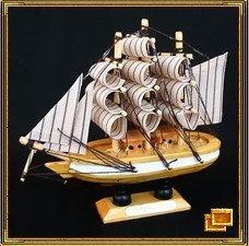"""Модель парусника - замечательный талисман, привлекающий удачу в делах. этот талисман означает символическое """"прибытие"""" удачи. Для эффективной работы талисмана необходимо повернуть парусник носом вовнутрь дома, то есть чтобы он """"прибывал"""". Если вы поместите на палубе корабля кусочки золота или его имитации, это колоссально повысит эффективность талисмана."""