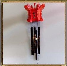 """Музыка ветра (воздушные колокольчики)- традиционный талисман, активизирующий позитивную энергию благоприятного участка и нейтрализующий вредоносную энергию неблагоприятного места. Воздушные колокольчики должны быть обязательно с полыми трубочками. В """"музыке ветра"""" не должно быть острых углов и острых деталей. Ее используют для преобразования тонких энергий, корректировки энергетического состояния помещения, рассеивания негативных воздействий, привлечения и выравнивания ци."""