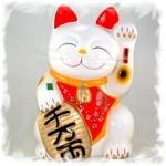 Японский талисман — белый кот с монеткой