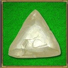 Хрустальный кристалл - символ, облагораживающий окружающие энергии. Фэн-шуй рекомендует  поставить кристалл, играющий всеми гранями, в зону Мудрости так, чтобы на него падали лучи солнечного  или электрического свет. Мельчайшие солнечные зайчики, разбегающиеся по вашей комнате, говорит о том, что удача пришла в ваш дом.