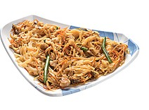 Жареная рисовая лапша под пикантным соусом
