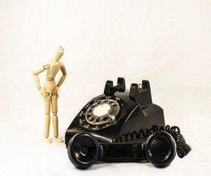 Кто-то звонит по телефону и молчит